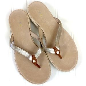 Tommy Bahama Relaxology gold leather thong sandals